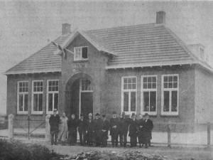 cbs de Bron - Schoolbestuur 1921 - Links meester Wildeman en zijn vrouw