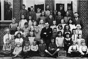 cbs de Bron - Schoolfoto 1931 Geref school met meester Hoekstra en meester Van Dijk